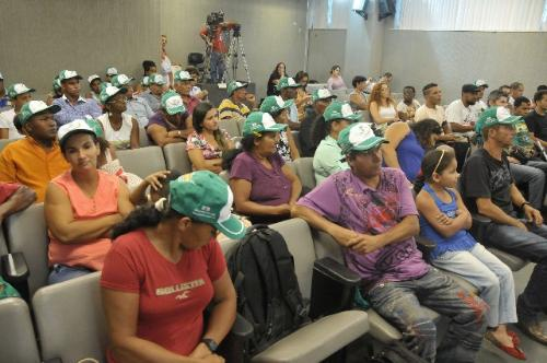 Representantes das 25 famílias acampadas há seis anos no local acompanharam a reunião