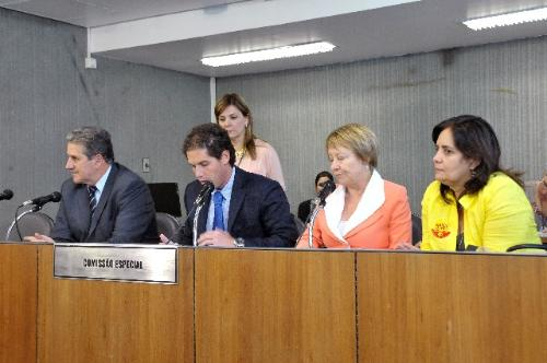 Deputados aprovaram requerimento visando prorrogar por 30 dias os trabalhos da Comissão Especial das Enchentes