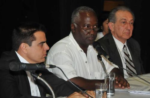 Carlos Augusto de Carvalho (centro) criticou o fato de a direção da empresa não estar presente e não ter justificado a ausência