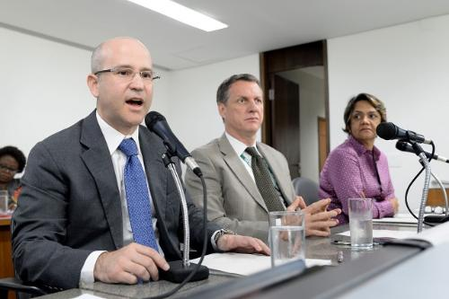 Segundo o juiz Luiz Fernando Benfatti (à esquerda), o eleitor com deficiência tem prioridade de atendimento e voto assistido